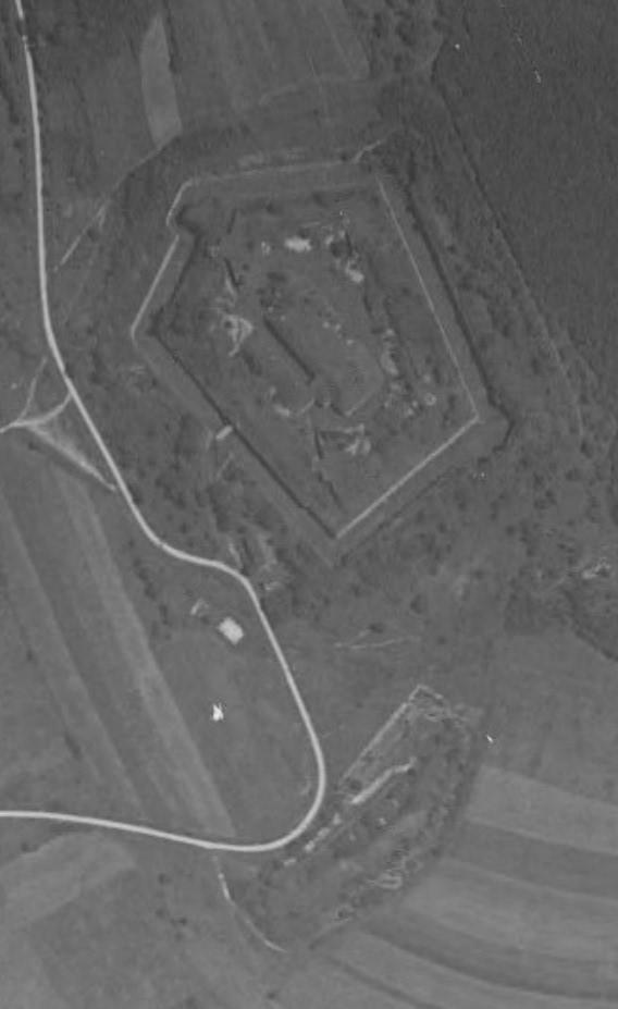 Le fort en 1938. Notez la batterie annexe répertoriée 6-5 bien visible près du saillant V. (image Géoportail)
