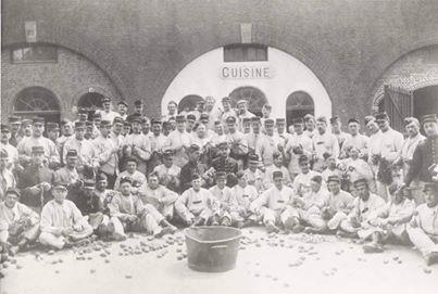 Corvée de patates en 1915 au fort