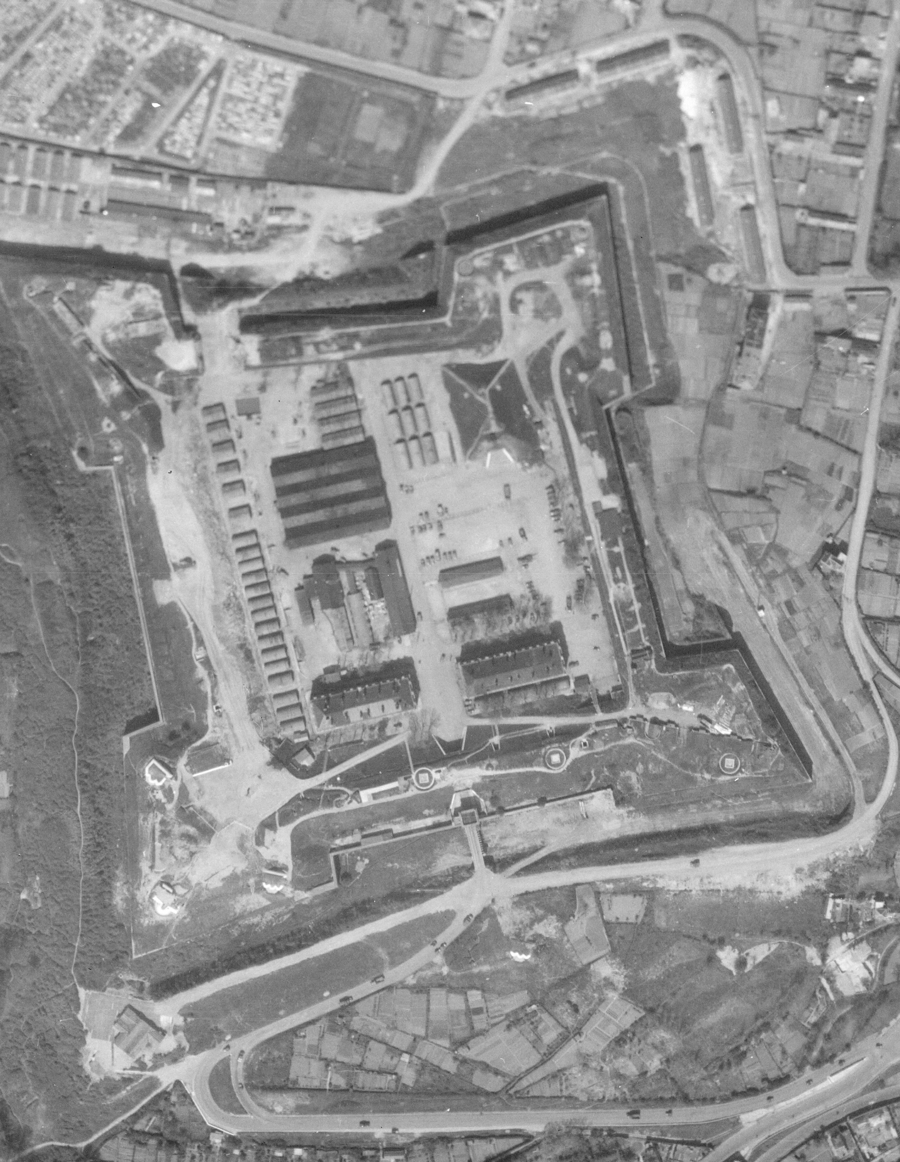 """Le fort en 1946 avec les installation du camp """"Home run"""" Image Géoportail"""